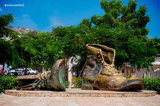 También Conocido como Los Zapatos Viejos. Esta obra de arte esta localizado en la parte trasera del Castillo San Felipe, es un homenaje a uno de los más grandes poetas de la ciudad, Luis Carlos López, y a su obra más popular,' A mi Ciudad Nativa'. Las personas cuentan que si te metes dentro de la bota perderás un Kilo de peso y que si se meten dos, salen tres...  Es un punto obligatorio si vas a visitar a la Bella Cartagena de Indias en Colombia. #somosMotta #fotosStock Bella, Hiking Boots, Editorial, Popular, Shoes, Old Boots, Castles, Artworks