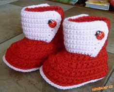 Warm crocheted booties for your baby. Knitting description: First, knit the sole a Crochet Bebe, Crochet Socks, Knit Crochet, Baby Knitting Patterns, Baby Patterns, Crochet Patterns, Baby Staff, Baby Booties Free Pattern, Crochet Doll Clothes