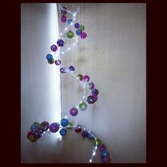 Pino de navidad colgante, me gusta observar las esferas, cada una tiene su encanto y la luz me fascinó.