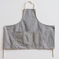 This apron is hand sewn and made with one of my favorite fabrics - a woven blend of recycled hemp and organic cotton. It has two patch pockets and removable / adjustable ties. Love Sewing, Hand Sewing, Work Aprons, Gardening Apron, Techniques Couture, Linen Apron, Apron Diy, Sewing Aprons, Diy Couture