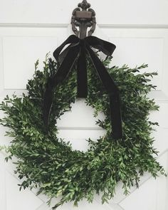 Modern Christmas Decoration Ideas That Are the Classic Blend of Luxurious Sophistication – Hike n Dip – Boxwood Wreath İdeas. Modern Christmas Decor, Decoration Christmas, Natural Christmas, Black Christmas, Merry Little Christmas, Noel Christmas, Xmas Decorations, All Things Christmas, Simple Christmas