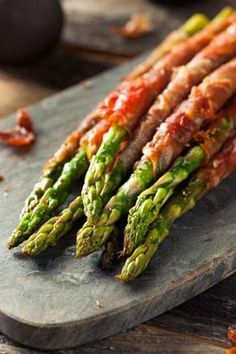 Bacon wrapped asparagus makes a delicious side dish. On the table in less than 30 minutes, this makes an easy and elegant asparagus recipe perfect for entertaining. Tapas, Asperges Prosciutto, Easy Asparagus Recipes, Snacking, Bacon Wrapped Asparagus, Asparagus Spears, Cooking Recipes, Healthy Recipes, Cooking Time