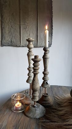 Houten kandelaars kalkdoek wijntafel Pallet Crafts, Wood Crafts, Candle Stand, Candle Holders, Wood Turning Projects, Menorah, Lampshades, Fairy Lights, Home Art