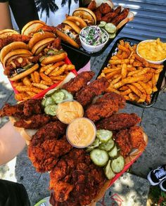 has amazing chicken tenders and sandwiches! Def gonna have to go back for more soon! Food Porn, Junk Food Snacks, Food Platters, Food Goals, Aesthetic Food, Food Cravings, I Love Food, Soul Food, Food And Drink