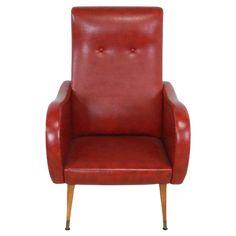 Erg leuke stoel die door zijn kenmerkende vormgeving direct doet denken aan de jaren '60, een echte sfeermaker met zijn rode kunstlederen skai bekleding. Zijn ronde vormen en conische poten maken het tot een opvallende verschijning met lekker diepe zit, voor hen die op zoek zijn naar een origineel en kenmerkend meubel, is deze van oorsprong Belgische fauteuil een geweldig item! Hoogte: 94 cm Breedte: 64 cm Diepte: 77 cm