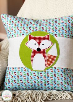 This adorable fox applique design requires just a few small scraps of fabric. Free downloadable design templates are provided, too! #sewing #applique #fox