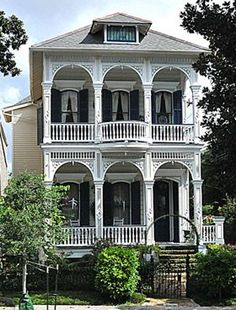 Headed to New Orleans? Be sure to check out St. Charles Avenue House and all the other #free things to do in the Big Easy! #housearchitecture