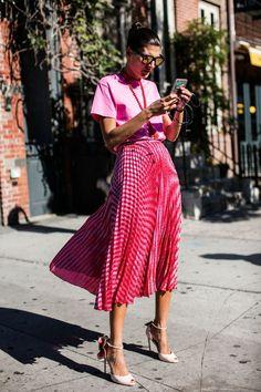 Giovanna Battaglia, la reina de las mezclas de estampas, texturas y colores! Acá usó la creatividad al mezclar varios tonos de rosa sin parecer Barbie!