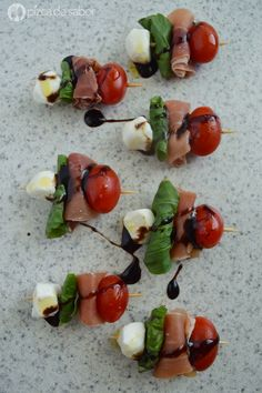 Brochetas caprese (tomate mozzarella jamón serrano y albahaca) www. Gourmet Appetizers, Appetizers For Party, Appetizer Recipes, Clean Eating Snacks, Healthy Snacks, Healthy Recipes, Caprese Skewers, Serrano Ham, Tasty