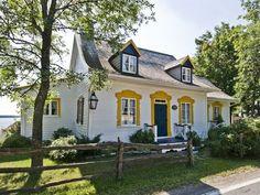 Magnifique ancestrale est bornée au fleuve Charming House, Cottage Homes, Quebec, Architecture, Craftsman, The Good Place, Mid-century Modern, Scenery, Sweet Home