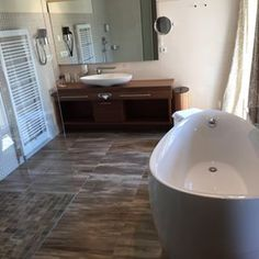 Freistehende Badewanne Im Penthouse Badezimmer Mit Begehbarer Dusche.  Fliesen In Natursteinoptik. #Badewanne #