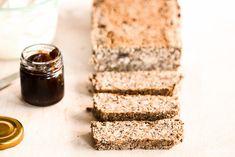 Ein Rezept das schon mehrfach den Erdball umkreist hat. Meine KochTrotz Variante vom Life Changing Bread ist noch einmal etwas anders. Ich backe das glutenfreie super low carb Brot komplett ohne Flocken. Es bröselt und bröckelt überhaupt nicht. Im Rezept sind viele Varianten für Allergiker genannt.