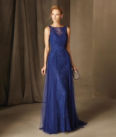 BAVIERA es un espectacular vestido de fiesta sirena con escote de barco y confeccionado en tul, encaje y original diseño de sobrefalda. Una joya de Pronovias.