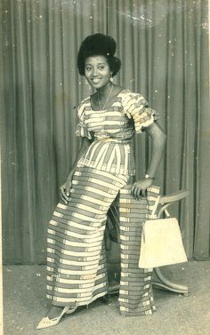 A YOUNG WOMAN POSES FOR A PHOTO IN  A STUDIO IN TRADITIONAL AFRICAN PRINT . Ghana 50's . DOCUMENTING STYLE IN AFRICA 1940-...