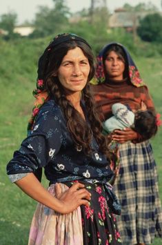 Roma, or gypsy women, Romania -I love that the woman in the background is nursing Des Femmes D Gitanes, Style Nomade, Costume Ethnique, Gypsy Culture, Gypsy Women, Gypsy Living, Estilo Hippie, Gypsy Caravan, Gypsy Life