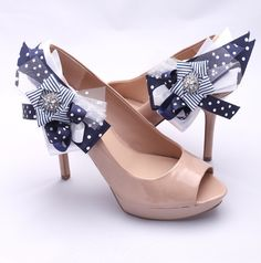 Niezwykłe, zaskakujące i zupełnie niepowtarzalne klipsy do butów, które przełamią zwykłą ślubną stylizację i nadadzą jej nowy wymiar. Łączą w sobie różne wzory (kropki, paski) oraz materiały (satyna, bawełna, tiul) w odcieniach bieli, granatu i srebra.  Dostępne w ślubnym sklepie internetowym Madame Allure :)