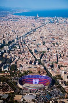 dit is het stadion van FC Barcelona het Camp Nou stadion. Barcelona Team, Barcelona Futbol Club, Barcelona Travel, Camp Nou Barcelona, Xavi Barcelona, Barcelona Catalonia, Football Stadiums, Spain And Portugal, Spain Travel