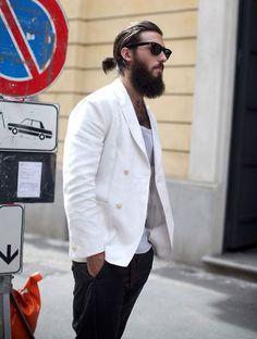 O Street Style de hoje traz homens andando pelas ruas usando coques. Confira!