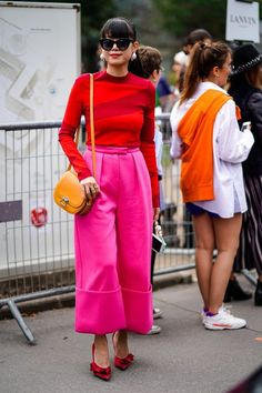 Leaf Greener proves you can mix all the big color trends of 2018 into one outfit and look amazing. Hint: they're yellow, red, and pink. Fashion Colours, Pink Fashion, Colorful Fashion, Fashion Over, Fashion Photo, Fashion Fashion, 1950s Fashion, Fashion Dresses, Vintage Fashion