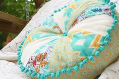 Free Spirit Patchwork-Kissen by stitchydoo // patchwork pillow //  round cushion with selfmade crochet edging // rundes Tortenkissen