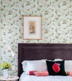 A cabeceira é estofada com veludo que dá peso ao papel de parede com estampa de passarinhos, comprado em Nova York. O resultado ficou delicado e romântico. Projeto do arquiteto Mauricio Arruda