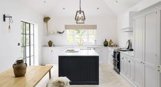 Find home projects from professionals for ideas & inspiration. The Coach House Kitchen by deVOL by deVOL Kitchens Shaker Style Kitchen Cabinets, Shaker Style Kitchens, Kitchen Cabinet Styles, Shaker Kitchen, Shaker Cabinets, Barn Kitchen, Loft Kitchen, Kitchen Black, Country Kitchen