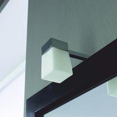 Kromivartinen halogeeni Virginia kylpyhuonevalaisin mattavalkoisella nelikulmaisella lasikuvulla. IP44, G9 halogeenipoltin sisältyy pakkaukseen, valon väri 3000K. Valaisin voidaan asentaa peilikehyksen taakse tai seinään. Kytkennän saa tehdä vain valtuutettu sähköasentaja. Valmistajan takuu 2V (ei koske polttimoa). #kylpyhuonevalaisin #gripshop Virginia, Wall Lights, Led, Lighting, Home Decor, Appliques, Decoration Home, Room Decor, Lights