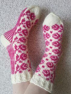 Ruususukat  Ohjeen nappasin Kardemummantalon blogista. Fair Isle Knitting, Knitting Socks, Knit Socks, Mittens, Knit Crochet, Slippers, Pattern, Quilts, Inspiration