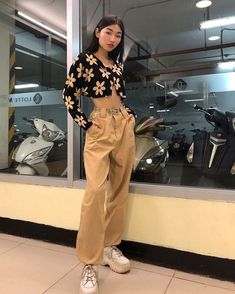 I love cropped cardigans and baggy pants what about u? Cute Casual Outfits, Retro Outfits, Vintage Outfits, Grunge Outfits, Stylish Outfits, 2000s Fashion, Look Fashion, Korean Fashion, Retro Style Fashion