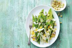 Een heerlijke combinatie, groene asperges moet je niet kuisen en zijn heerlijk van smaak.Ik stoomde de asperges 15 min. en pocheerde het eitje, lekker sappig. Waak erover dat je de asperges goed kruidt en wat olijfolie erover doet vooraleer je ze opdient. Vergeet de Parmezaan niet, maakt het af.
