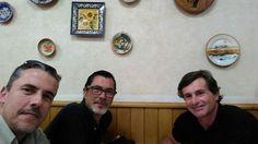 Foto do Facebook! Estou a jantar com dois lagartos!!! Se me acontecer algo já sabem...