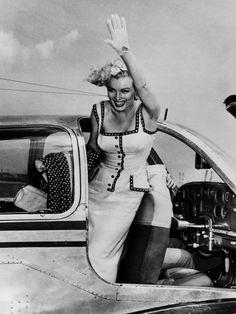 飛行機から手を振るモンロー。タイトスカートのボディコンシャスなサマードレスはまさに彼女らしさを象徴するデザイン。ヒップが命のモンローはヒップラインが強調されるタイトシルエットを好んだそう。自分の長所...