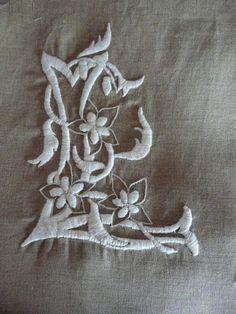 b5a1c9911b5d Monogramme broderie blanche Lettres Monogramme, Bobine De Fil, Broderie  Blanche, Dentelle, Draps