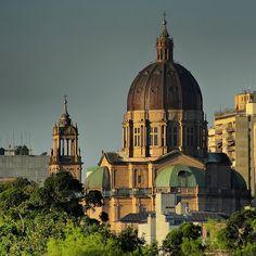A Catedral Metropolitana é considerada um dos símbolos de Porto Alegre e motivo de orgulho da comunidade católica no estado. Arquitetada pelo professor italiano de Belas Artes, João Batista Giovenale, o templo caracteriza-se pelas linhas que revelam traços da Arte Renascentista.