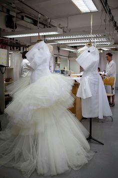 Left: Christian Dior haute couture f/w 2009 Right: The toile look in the atelier of Christian Dior Dior Haute Couture, Christian Dior Couture, Dior Atelier, Couture Details, Fashion Details, Fashion Design, Moda Peru, Madeleine Vionnet, Dior Fashion
