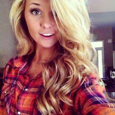 Country style, blonde wavy hair.