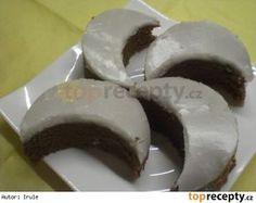 Rumové měsíčky naší babičky 300 g másla nebo Hery 300 g cukru krupice 6 vajec 300 g hladké mouky 40 g kakaa rum cukr moučka