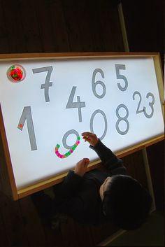 Exploitation table lumineuse Reggio Emilia, Activities For Kids, Preschool Ideas, Work Lights, Light Table, Diy And Crafts, Box, Learning, Math