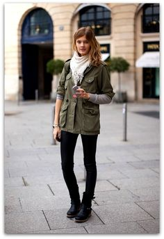 For an on-trend look without the need to sacrifice on practicality, we like this combo of a dark green parka and black leather skinny pants. A pair of black and white leather ankle boots will take an otherwise simple getup down a more glamorous path. Net Fashion, Look Fashion, Fall Fashion, Fashion Women, Fashion Weeks, Black And White Ankle Boots, Pantalon Slim Noir, Military Trends, Military Style