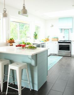 Come on over and tour this complete kitchen makeover: a coastal style white shaker kitchen makeover with lots of beautiful turquoise and aqua accents and DIY projects. Summer Kitchen, Kitchen Inspirations, Kitchen Makeover, Kitchen Decor, New Kitchen, Kitchen Dining Room, Kitchen Dining, New Kitchen Cabinets, Kitchen Renovation