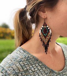 Seed Bead Jewelry, Bead Jewellery, Seed Bead Earrings, Diy Earrings, Crochet Earrings, Beaded Earrings Native, Beaded Earrings Patterns, Seed Bead Patterns, Beading Patterns