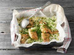 Tässä helpossa uunikalassa haukifileet muhivat maukkaiksi pehmeäksi paistetun sipulin kanssa.