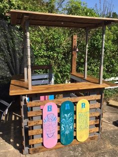 Tiki bar made from pallets and reclaimed wood. For example, the roof is an old garden table top, sanded, varnished and held up by some found stair spindles. The sign I made myself. Outdoor Tiki Bar, Outdoor Pallet Bar, Diy Pallet, Outdoor Bars, Pallet Benches, Pallet Couch, Pallet Tables, Pallet Beds, Pallet Projects