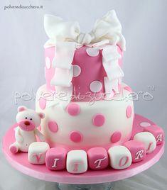 Per il battesimo della piccola Vittoria abbiamo pensato ad una torta delicata nei toni del rosa co...
