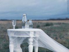 Den isblå julen av Amanda Rodriguez. ISALA sidobord funkar perfekt som ett avlastningsbord under julen. På bordet står vinglas och glas POKAL, ENSIDIG vas både stor och liten.