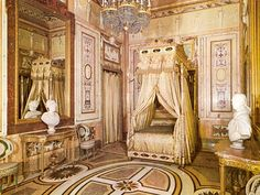 María Luisa de Parma´s bedroom (Royal Palace of Madrid) Palace Interior, Mansion Interior, Victorian Bed, Victorian Homes, Casa Targaryen, Castle Bedroom, Royal Bedroom, Queen Room, Antique Interior