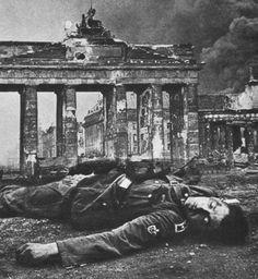 Dead German soldier lies in front of the Brandenburg Gate at the Battle of Berlin Ww2 History, Military History, World History, World War Ii, Berlin 1945, Berlin Germany, German Soldier, Brandenburg Gate, Total War