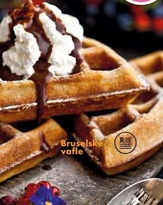 Bruselské vafle Crepes, Sweet Recipes, Food And Drink, Homemade, Dishes, Baking, Breakfast, Desserts, Basket