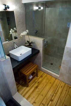 Baño pequeño y moderno con suelo de madera