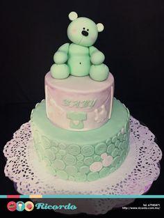 #MiercolesDeGaleria  Osito y botones  Un elegante y tierno pastel de fondant ideal para bautizo, baby shower o los primeros años de tu bebé.  #catalogoRICORDO  #pastel #fondant #fondantcake #bebe #baby #babyshower #bautizo #primercumple #primercumpleaños  www.ricordo.com.mx